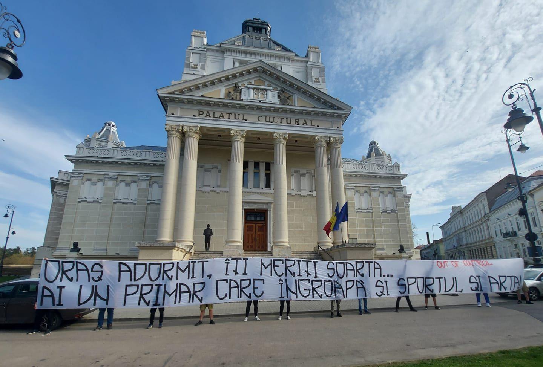 Suporterii UTA ies public în solidaritate cu artiștii de la Filarmonica Arad