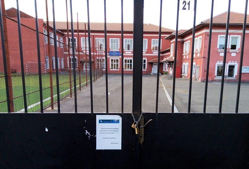 Terenurile și curțile școlilor din Arad rămân închise publicului